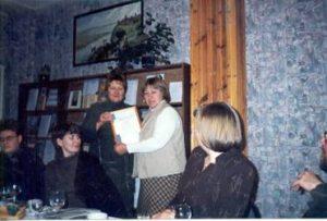 Диплом библиотеке вручает И.Б.Михнова