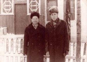 Бывший фронтовик В.И. Петухов (слева) трудился в Ходиловичской библиотеке 23 года