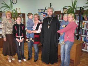 Отец Рустик с членами Клуба молодой семьи