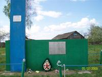В центре д. Упруссы на высоком холме на месте кровавой расправы стоит памятник жертвам фашизма (в списке 82 человека)