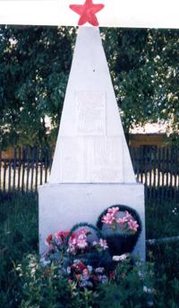 Обелиск воинам, партизанам и подпольщикам, погибшим в борьбе с немецко-фашистскими захватчиками. Установлен в 1957 году на привокзальной площади – месте казни подпольщиков п. Тросна.