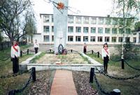 На территории Ржаницкой средней школы – братская могила воинов 50-ой Армии, партизан 3-й Рогнединской партизанской бригады