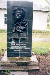 Памятник М.Куприну у стен Касиловской школы, установлен в 1989 г