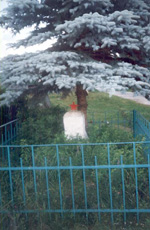 Памятник погибшему солдату Расположен на окраине п. Олсуфьево на улице Ореховская. На могиле посажена голубая ель